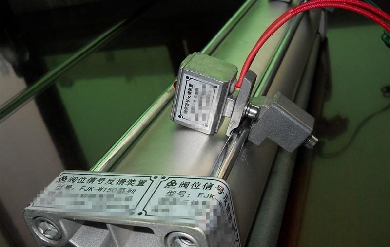 """1.阀门开关位置可由顶部指示器清楚辨识 2.压铸铝合金壳体,紧凑设计,外型美观,质量可靠。 3.双线接口 双G3/4""""管接口。 4. 多接点端子排,8个标准接点。接线安全方便。 5.内部可调节凸轮通过花键和弹簧安装,开关凸轮的位置不用工具即可进行快速调整。 6.环境温度:-25~85,防护等级:IP67。 7.防脱螺栓,拆装时螺栓附在上盖上不会脱落。8."""
